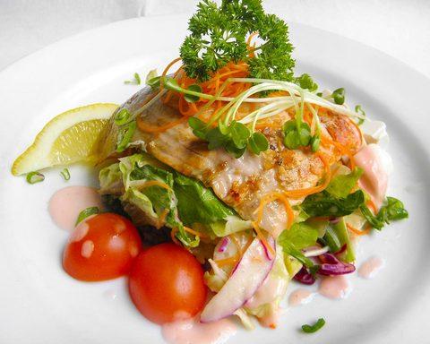 110523-seagrill-salmon-salad.jpg