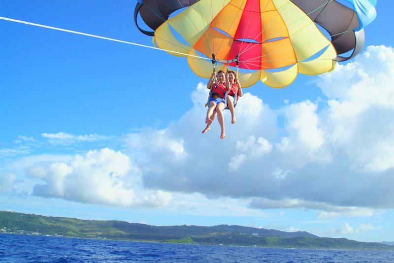 高度40mの空中からグアムの海を眺めるパラセーリング