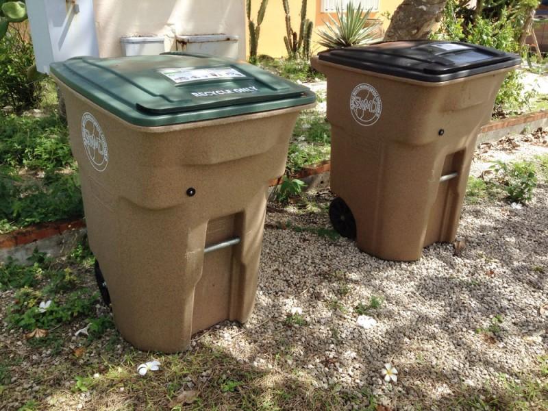 グアムの一般家庭に、リサイクル用のゴミ箱が配布されはじめました。