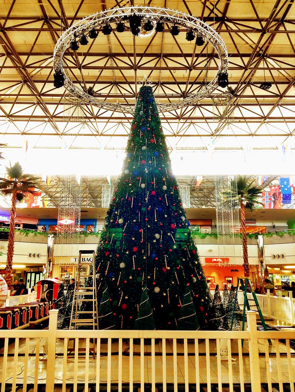 マイクロネシアモールのセンターコートに準備中のクリスマスツリー