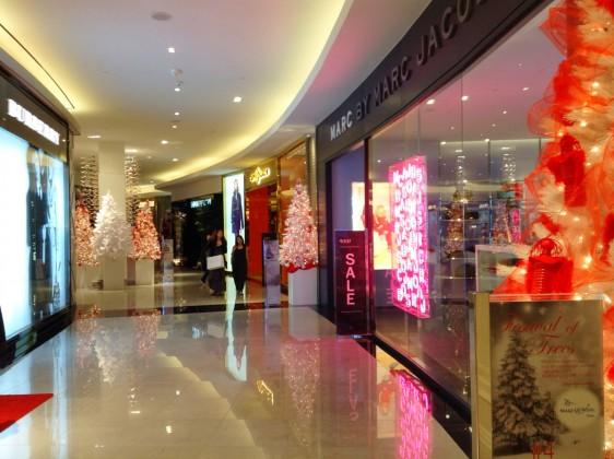 DFSギャラリアグアムで開催中のコンテスト「Festival of Trees 2013」店内のあちこちに、赤と白のクリスマスツリーが飾られています。
