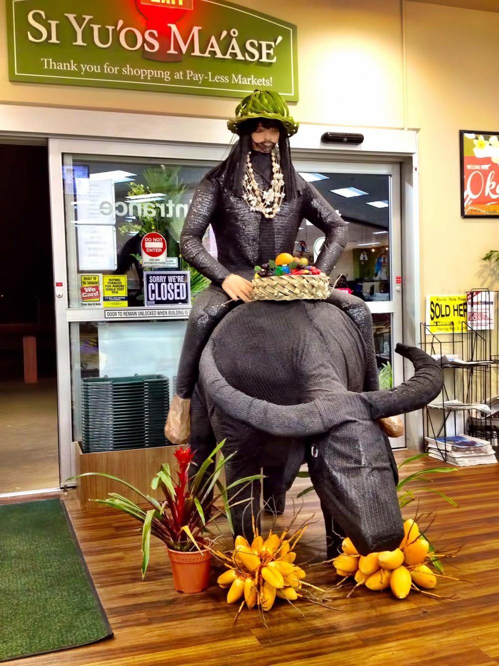 ペイレススーパーマーケットにディスプレイされていた、カラバオに乗る人のオブジェ