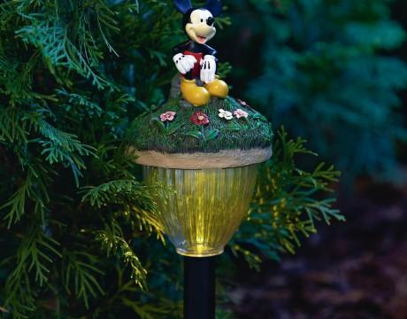 ライトの傘部分のお花畑に座るミッキー ディズニーのLEDガーデンライト