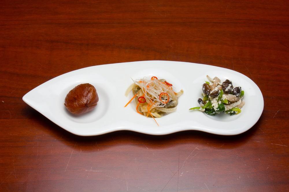 栗の渋皮煮、鰯の南蛮漬け、法蓮草とシメジの白和えの前菜 嵯峨野の中秋の味覚御膳