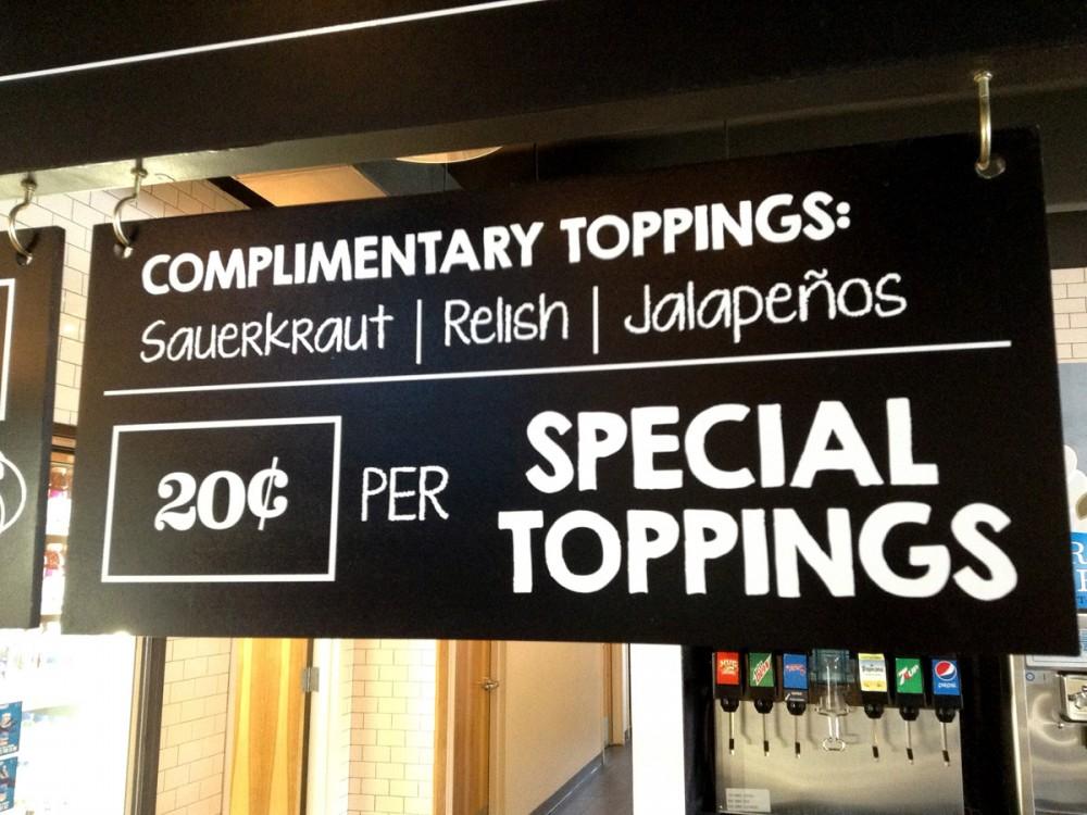 ホットドッグに添える、レリッシュやハラペーニョは無料。他のスペシャルトッピングは各20セント。Foody's