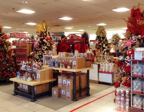 オーナメントやセラミックでできたマリア像など、クリスマスアイテムを販売中です。メイシーズ