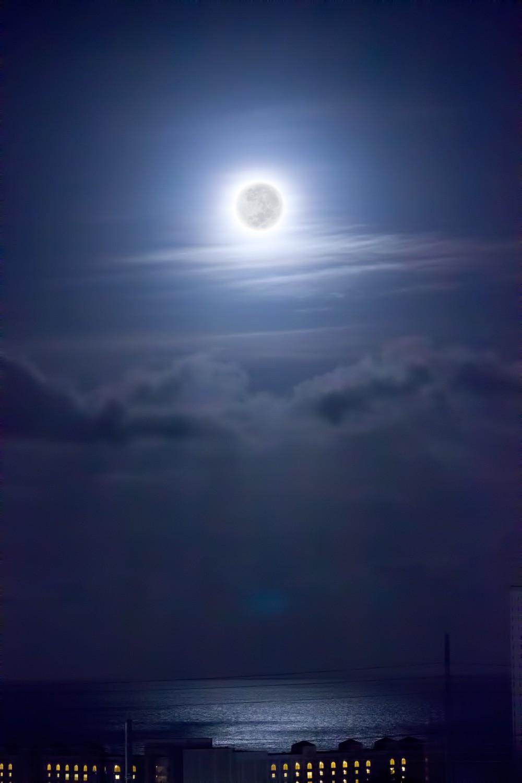 2015年11月7日午前5時39分 タモン湾を照らす月