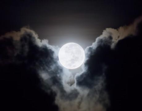 2015年11月7日午前5時42分 タモン湾を照らす月