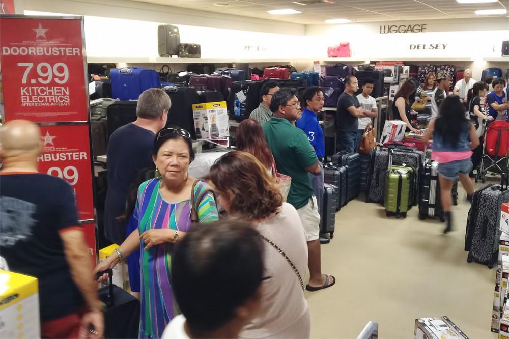 スーツケースを買い求めるお客さんでできた行列は、まるで空港のチェックインのようです。(メイシーズのサンクスギビングデイセール)