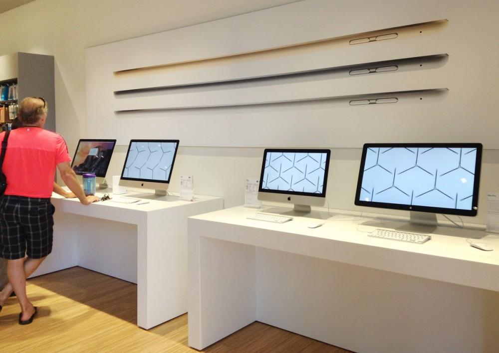 一番左のiMacは、Retinaディスプレイが美しい、最新作の5Kモデル。(ビヨンド ザ ボックス)