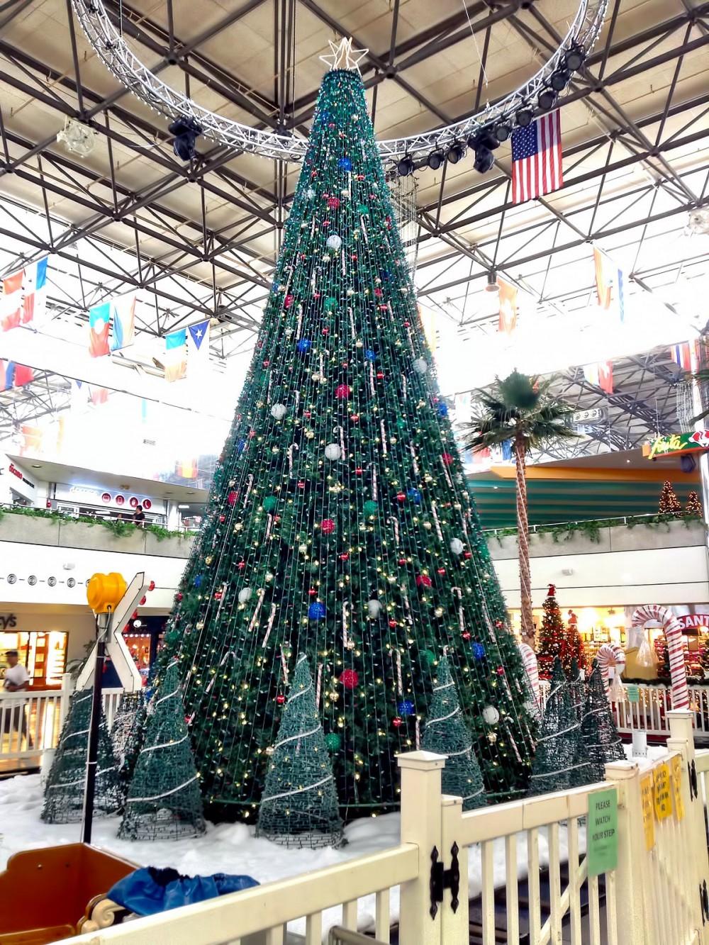 センターコートに設置された巨大クリスマスツリー (マイクロネシアモール)
