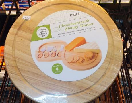 True Fabrications社のチーズナイフトレイ付き木製カッティングボード (ペイレススーパーマーケット)