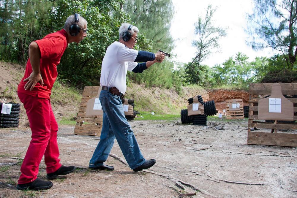 スティーブさんの撃ち方を学ぶTaka(CQBグアム)