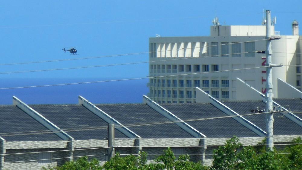 タモン上空をゆっくり飛ぶヘリコプター