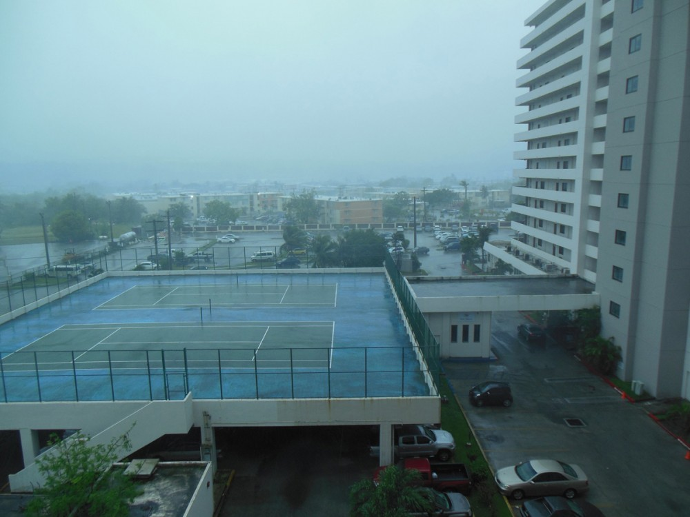 台風7号「ドルフィン」接近中のグアム (ピアマリン)