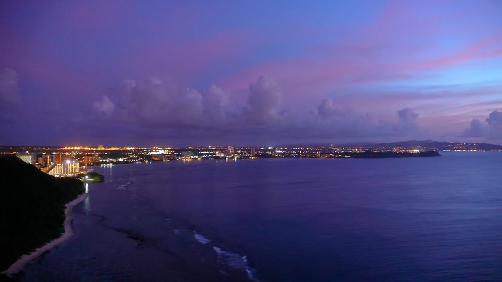 夕暮れ時のタモン湾を恋人岬から望む