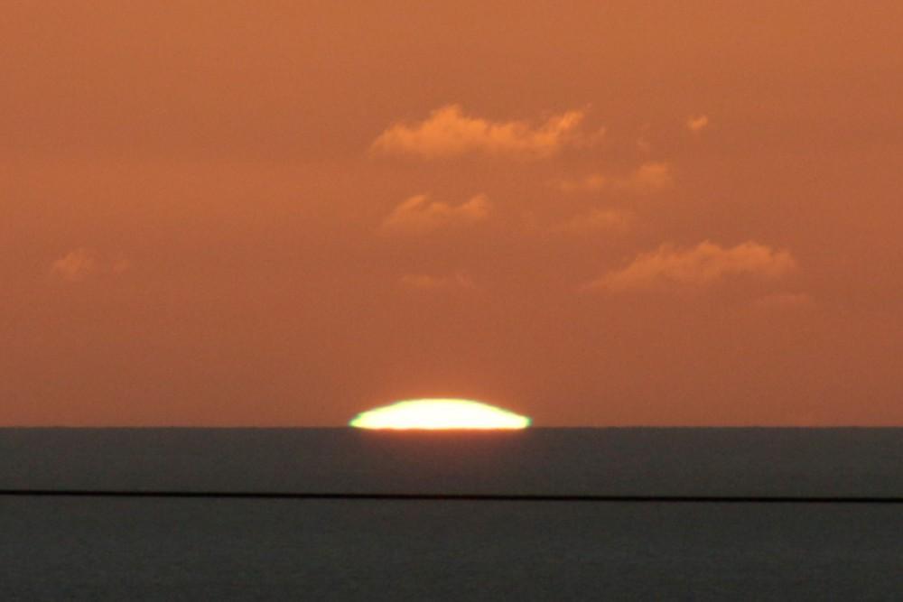 タモン湾に沈む夕陽 (グリーンフラッシュ)