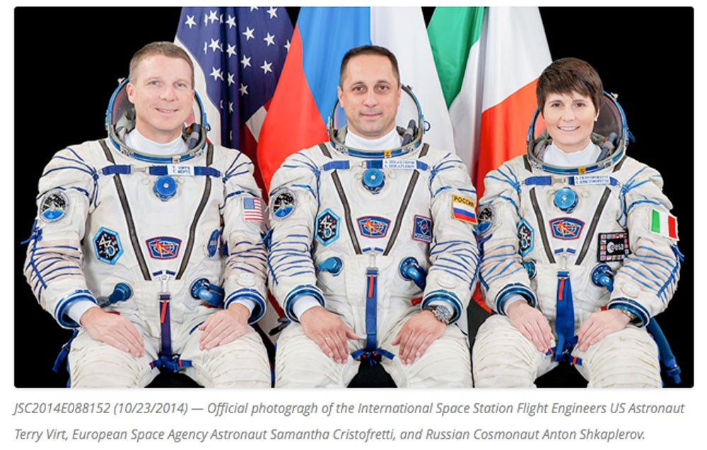 アントン シュカプレロフ宇宙飛行士(ロシア連邦宇宙庁「ロスコスモス」、ソユーズのコマンダー)、サマンサ クリストフォレッティ宇宙飛行士(欧州宇宙機関「ESA」、フライトエンジニア)、テリー バーツ宇宙飛行士(米航空宇宙局「NASA」、フライトエンジニア)