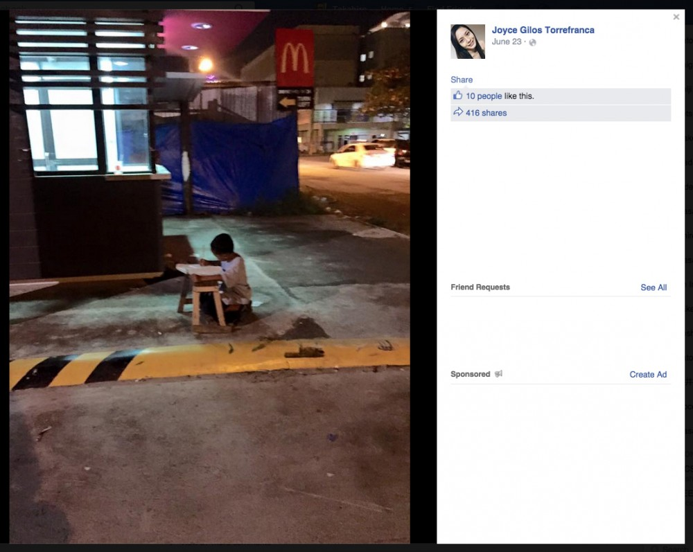 Joyce Gilos TorrefrancaさんがFacebookに投稿した、歩道で勉強する少年