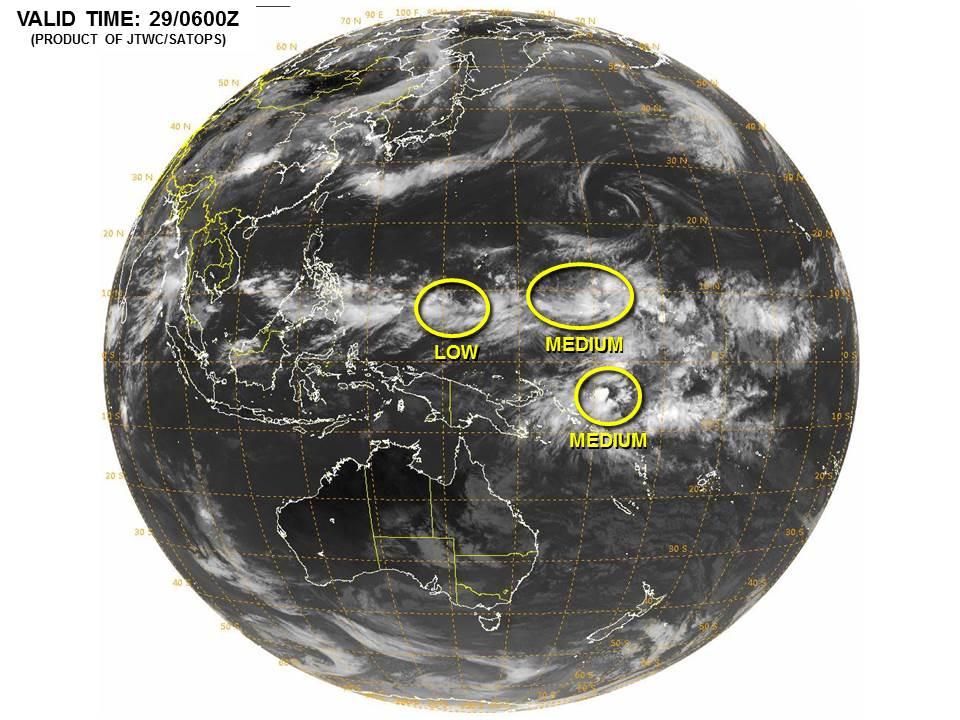グアムの南東にある2つの低気圧