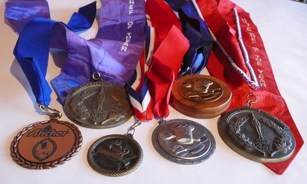 シーグリルレストランのシェフ、レイ ダサラ氏が受賞したメダルの数々