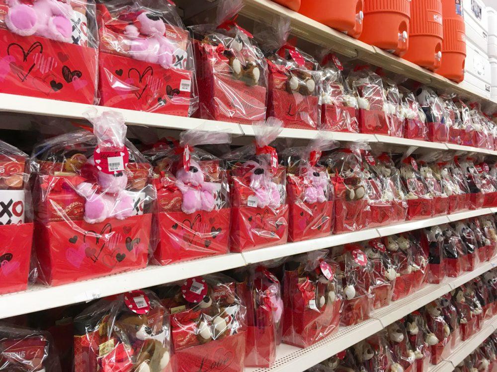 チョコレートとぬいぐるみの組み合わせ Kマートのバレンタイン商品