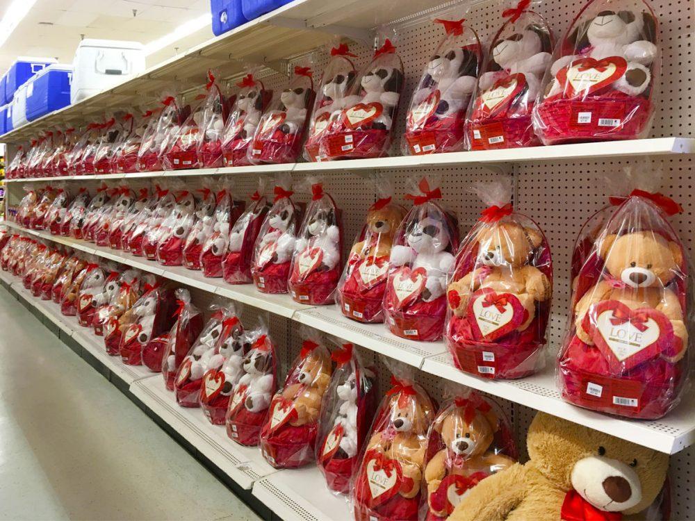 かごに入ったぬいぐるみ Kマートのバレンタイン商品