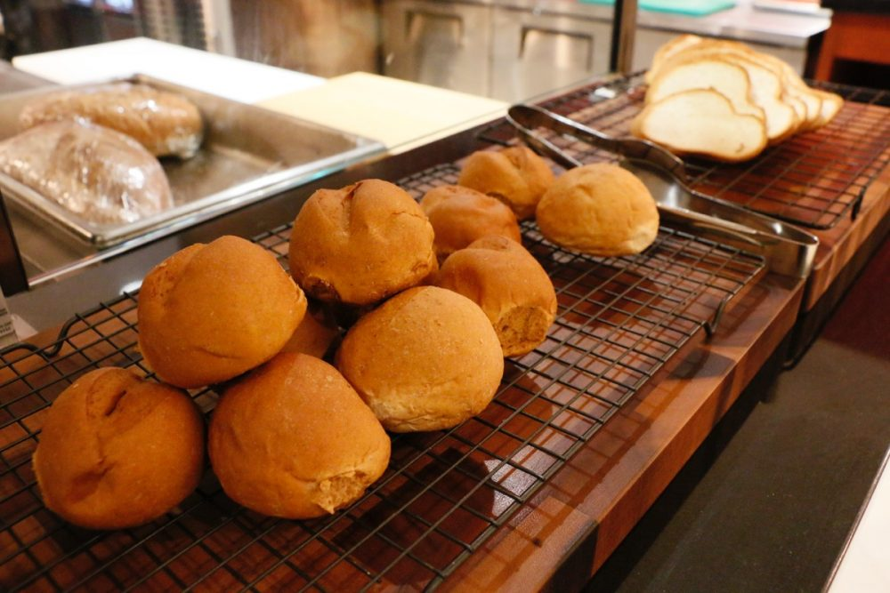 焼きたてのパン オープンキッチンのスーテーキ&グリルハウス『ROOTZ』