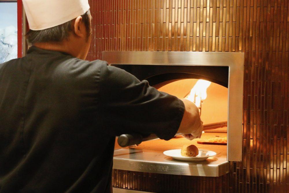 Rootz自慢の釜 オープンキッチンのスーテーキ&グリルハウス『ROOTZ』