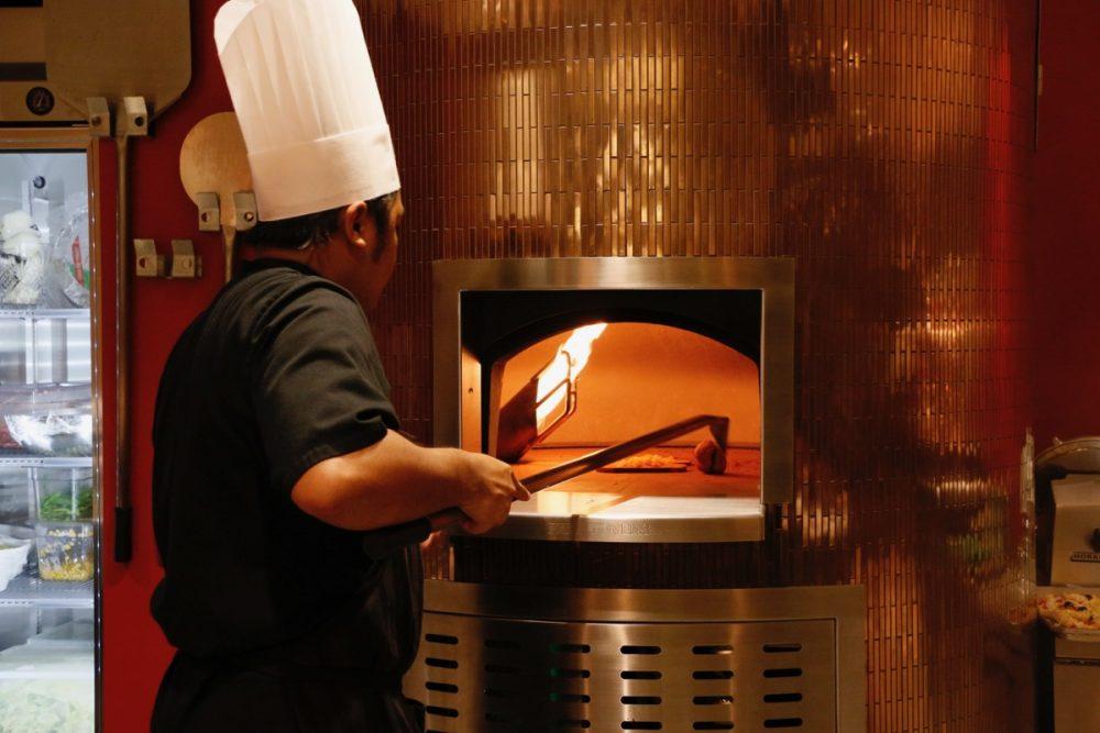 ピザが焼ける釜 オープンキッチンのスーテーキ&グリルハウス『ROOTZ』