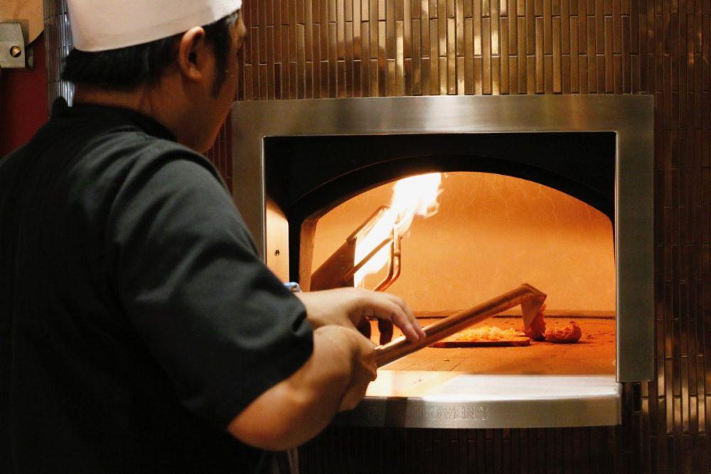 パンも温められます オープンキッチンのスーテーキ&グリルハウス『ROOTZ』