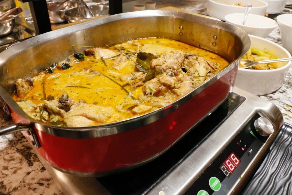 タイカレー オープンキッチンのスーテーキ&グリルハウス『ROOTZ』