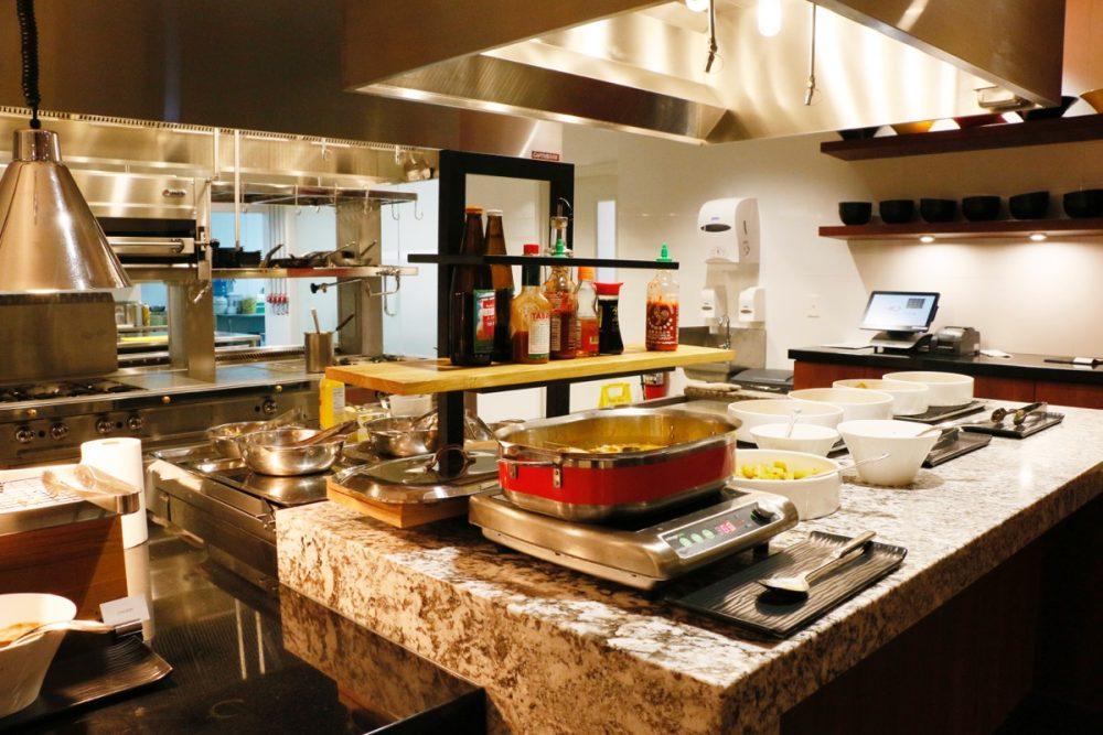 オープンキッチンのスーテーキ&グリルハウス『ROOTZ』