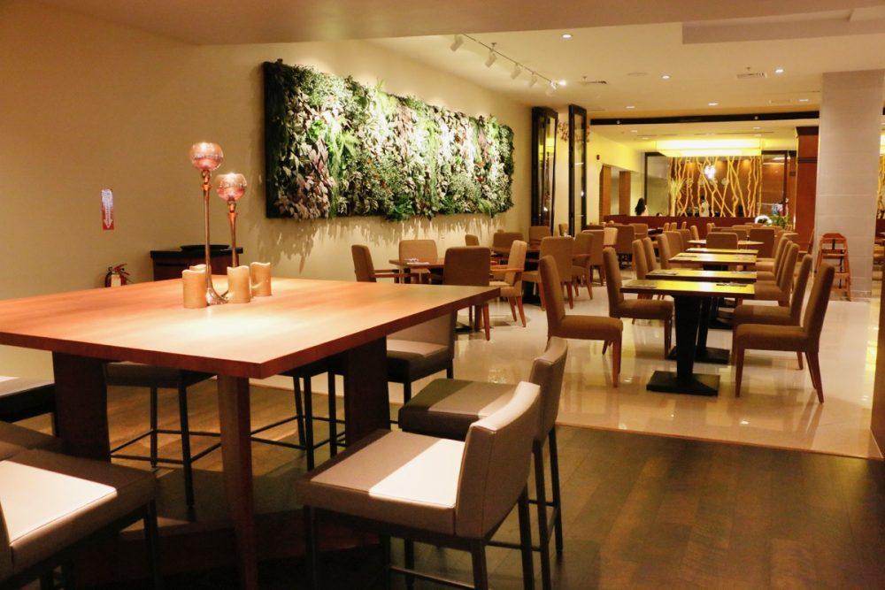 清潔感のある店内 オープンキッチンのスーテーキ&グリルハウス『ROOTZ』
