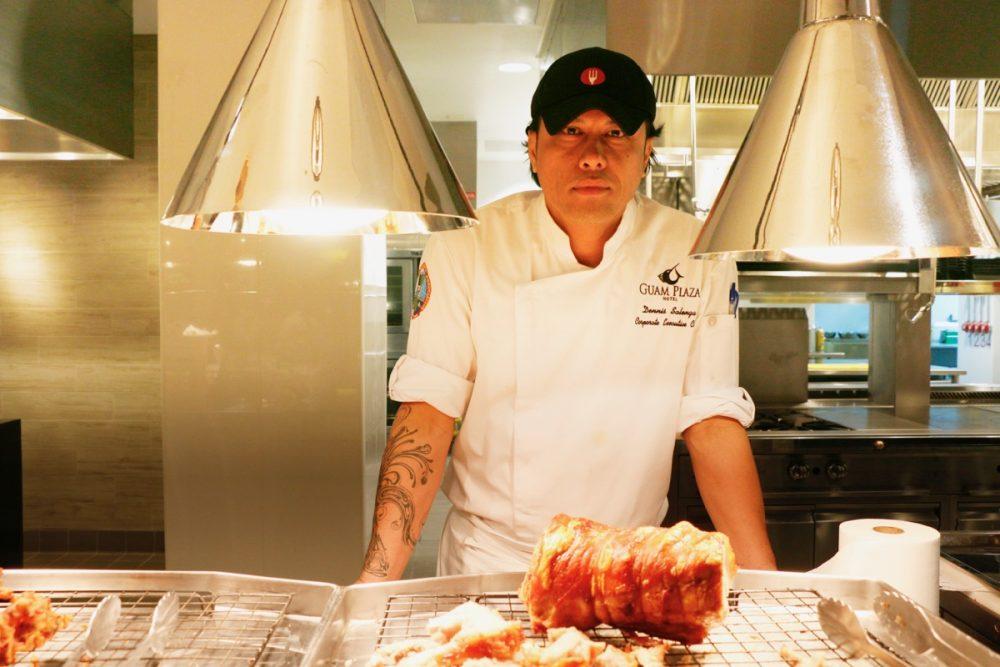 シェフのデニス氏 オープンキッチンのスーテーキ&グリルハウス『ROOTZ』