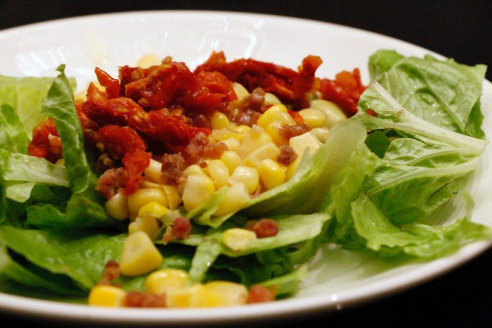 新鮮野菜のサラダ オープンキッチンのスーテーキ&グリルハウス『ROOTZ』