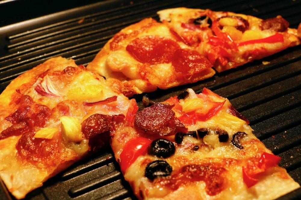 窯で焼くピザ オープンキッチンのスーテーキ&グリルハウス『ROOTZ』
