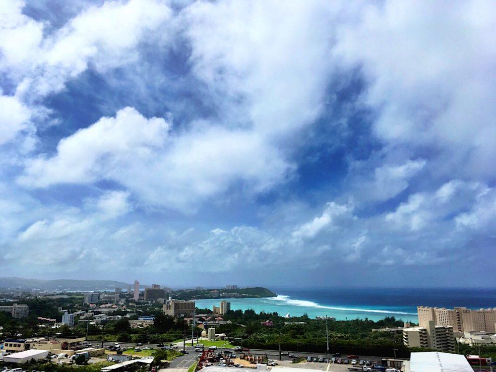 熱帯低気圧の影響で、雲が厚く波が高い午後のグアム(2017年10月24日)