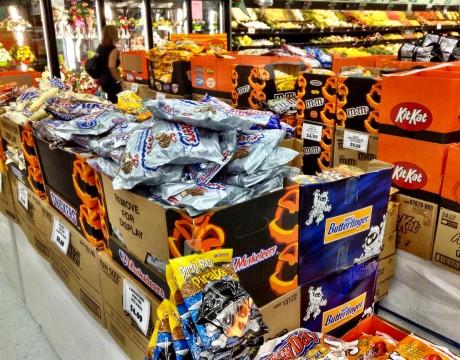 ハロウィーンのためのスナック。甘いお菓子ばっかりです、、、ペイレススーパーマーケット