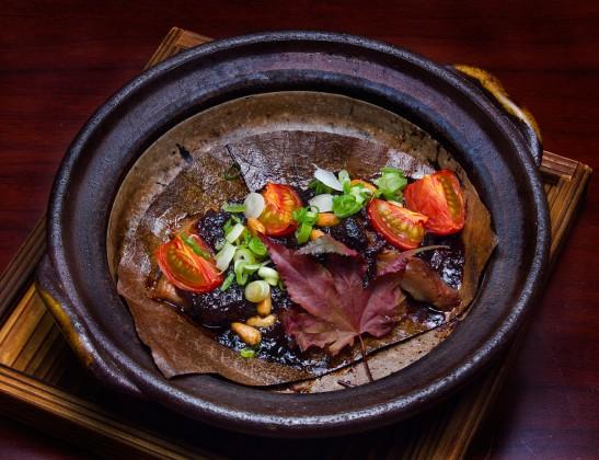黒豚の豚トロとトマト朴葉味噌焼き 嵯峨野の中秋の味覚御膳